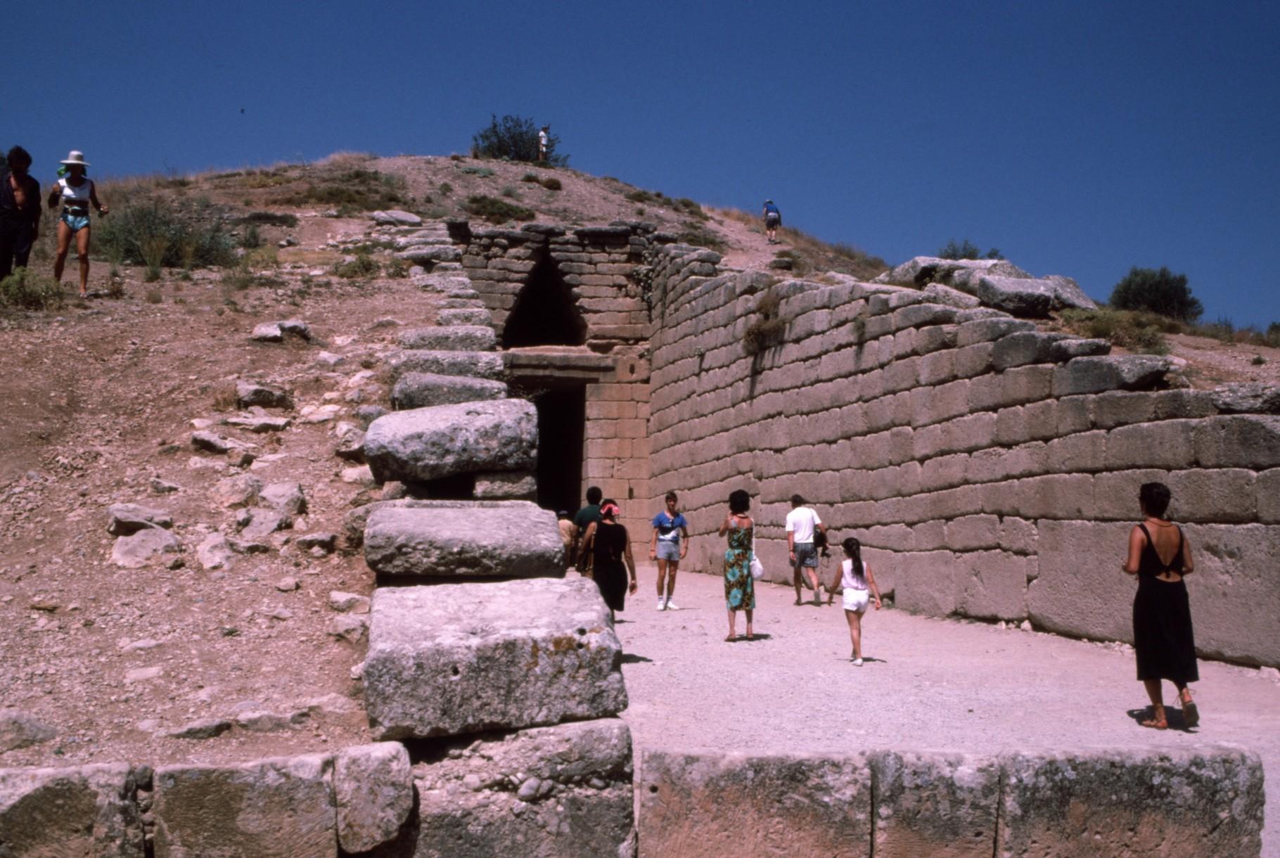 城砦外の「蜂の巣墳墓」