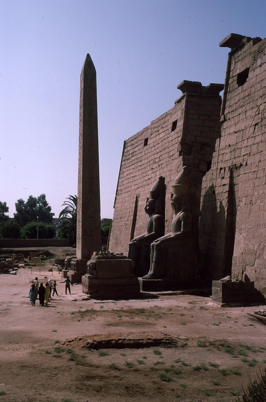 北東の門 ラメセスⅡ世像と尖塔