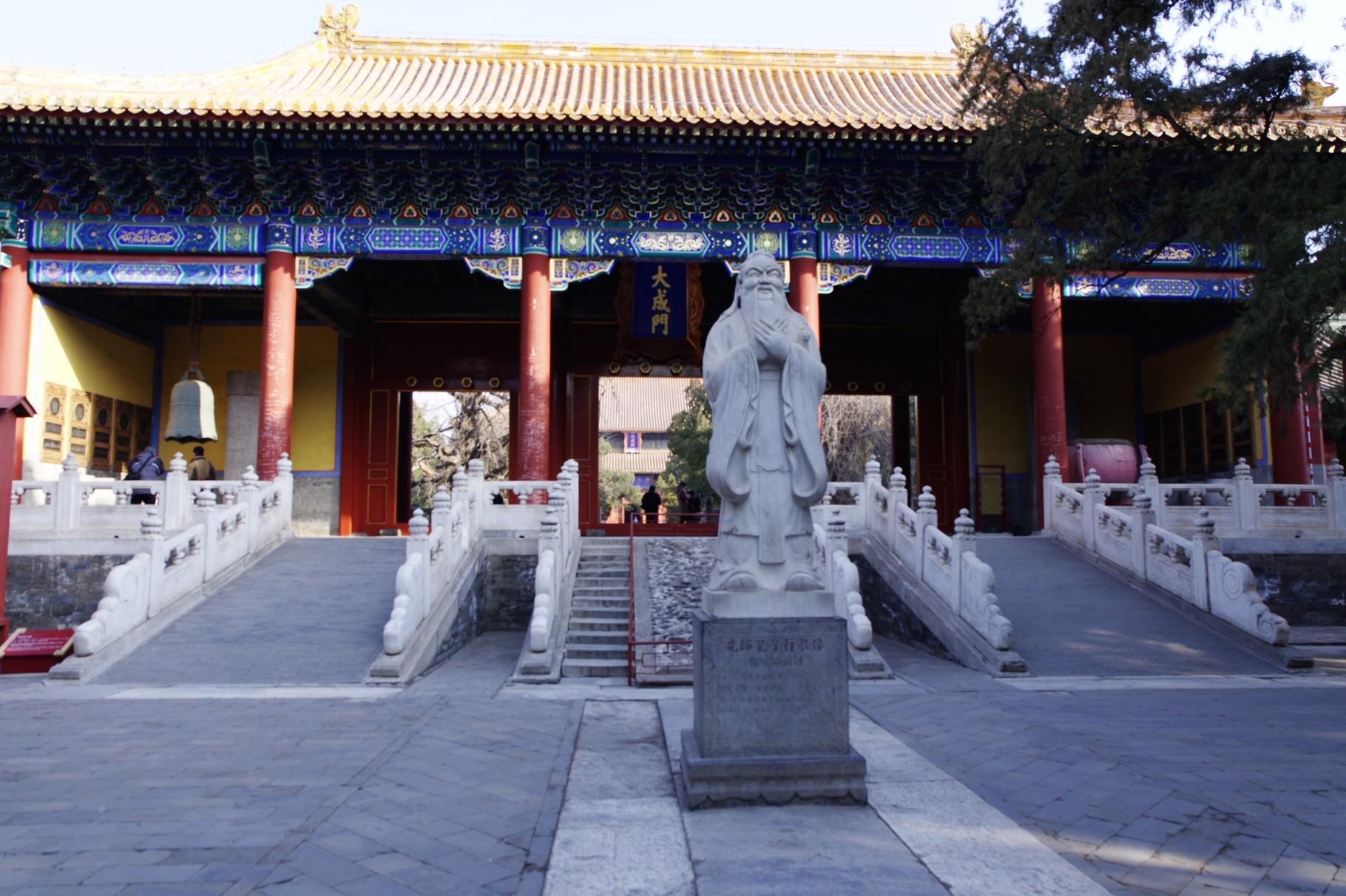 第一の中庭に立つ孔子像