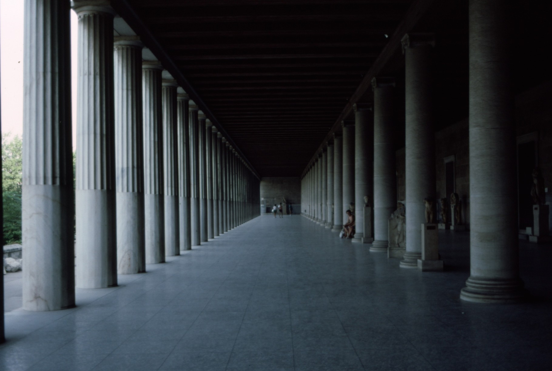 再建された列柱廊(「ストア」)