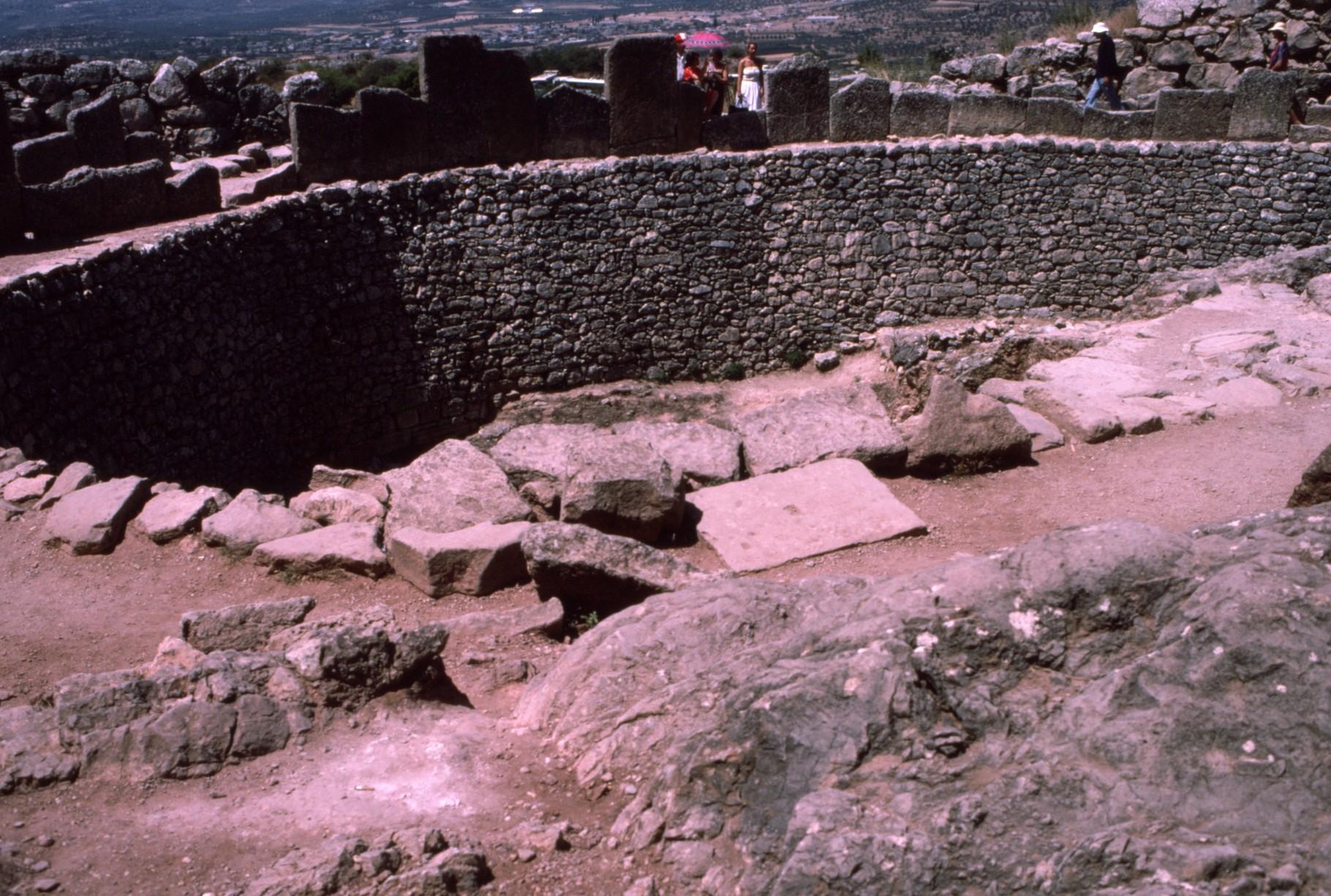 城砦内の「円形墳墓」
