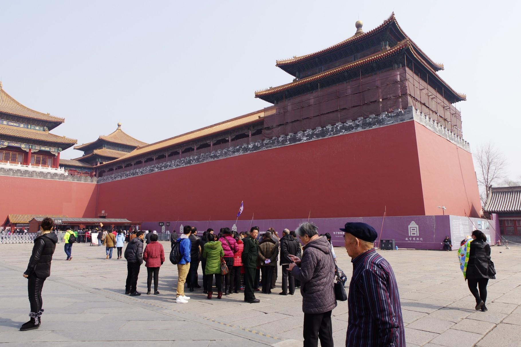 左右に城壁と間口13間の殿屋が張り出す