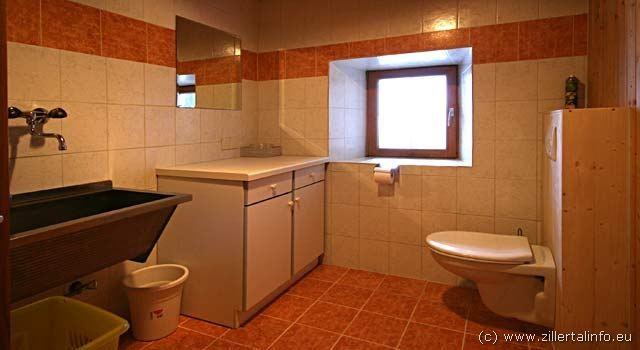 Waschraum mit Waschmaschine und extra-WC