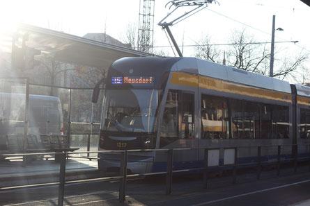 Der Flexity XXL auf der Linie 15, an der (H) Hauptbahnhof.