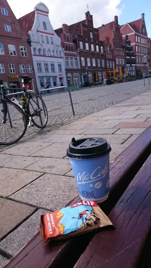 Stilvolle Kaffeepause in der historischen Altstadt von Lüneburg.