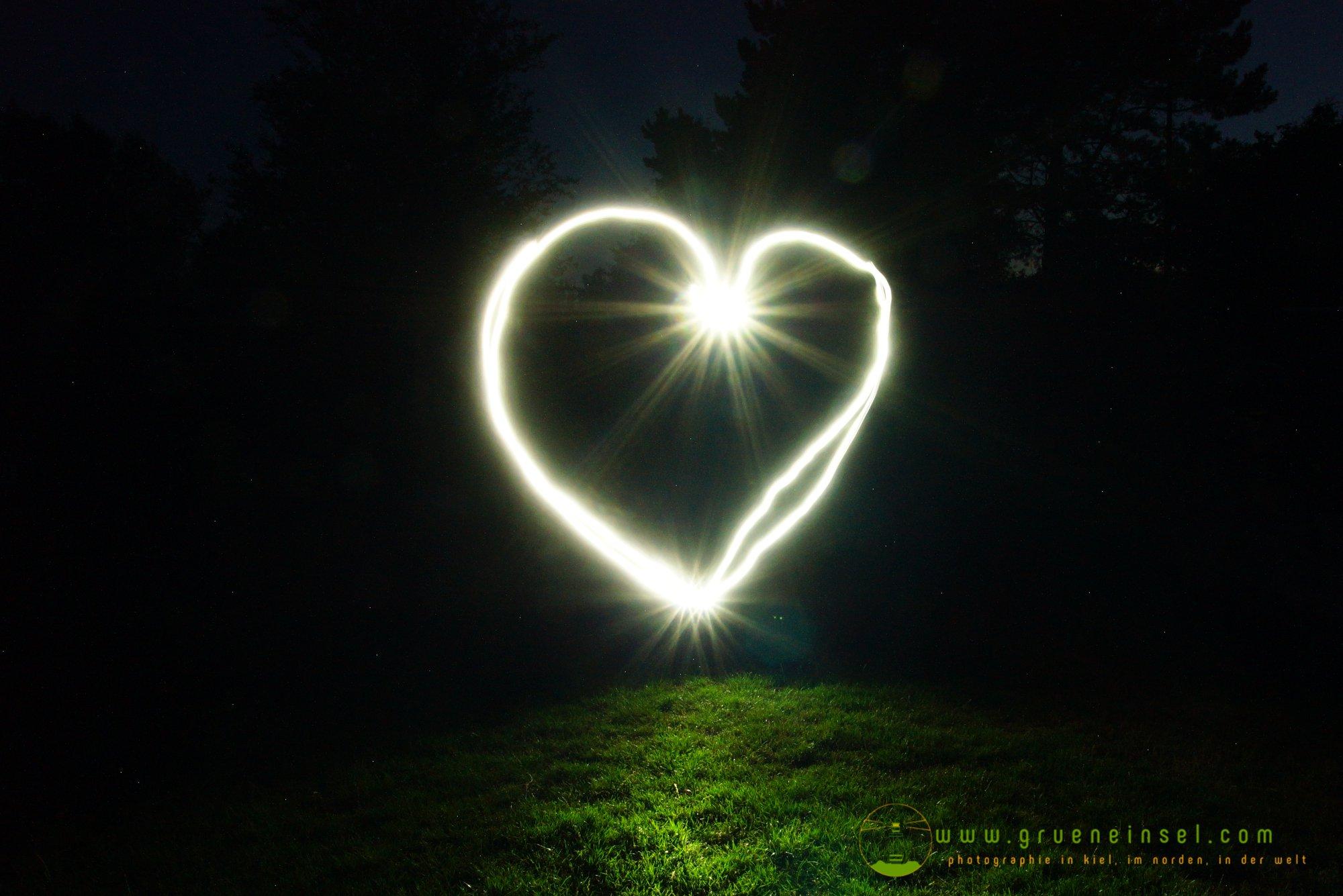 K. & M. malen ein Herz aus Licht mit Licht