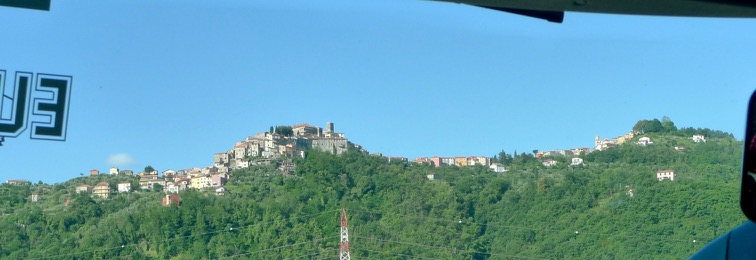 Das Städtchen Vezzano von der Autobahn aus gesehen
