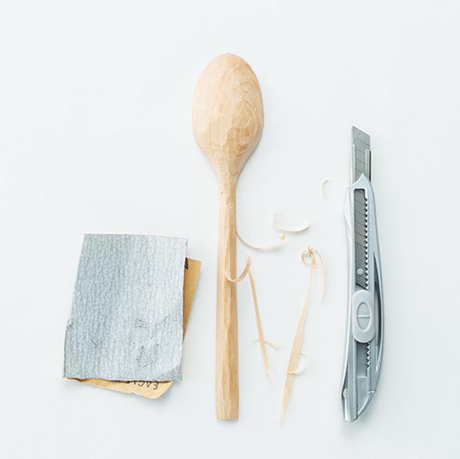 カッターナイフで粗どりし、紙やすりで削る