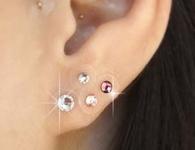 耳つぼを刺激するチタンシールの写真