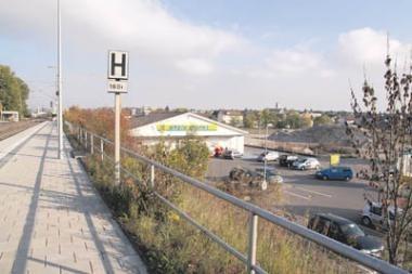 Blick vom Bahngleis zum EDEKA Gelände