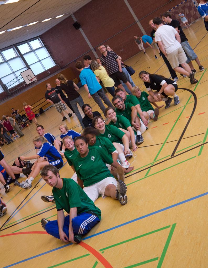 Das Team vom SV Werder Bremen freut sich über die Turnierprämiere