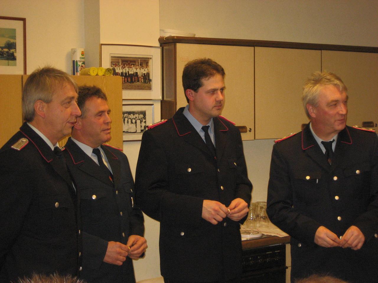 Der Ortsbrandmeister mit den beförderten Kameraden