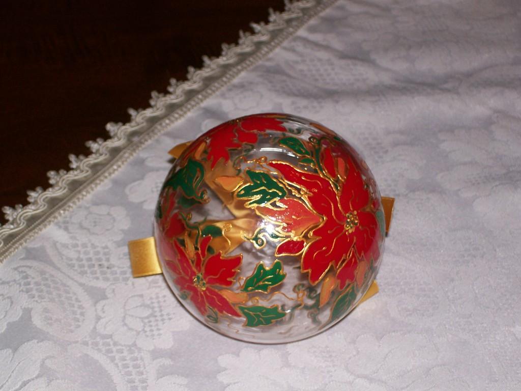 sfera in vetro dipinta a mano con colori ceramica a freddo Maimeri