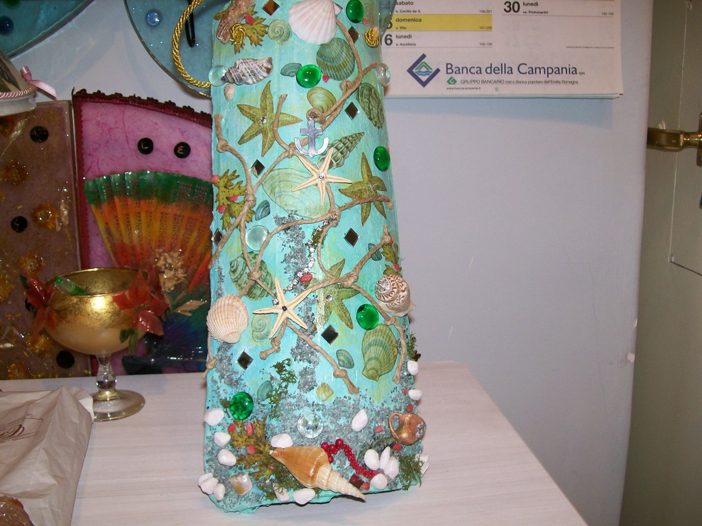 Coppo antico decorato con materiali misti e decoupage