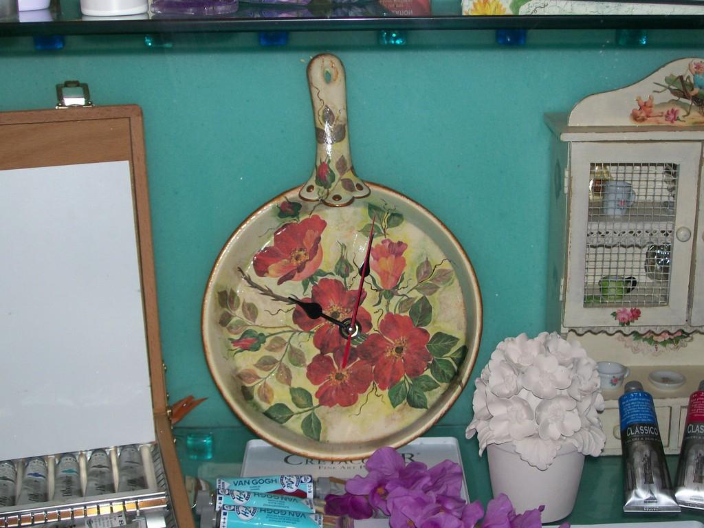 Padella orologio in ceramica con tecnica decoupage e pittorico