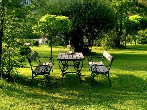 Holzbänke und Tisch für die Gäste
