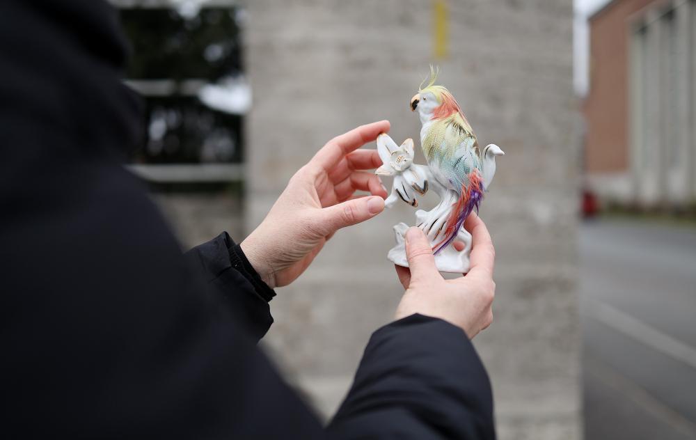 Porzellanvogel mit Federn