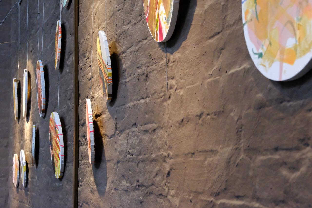 "Michaela Seliger, ""Light Cut Rondo"", 2021, Rauminstallation, Mixed Media auf Leinwand, Format je nach Installation, © Foto: Dr. Peter Fleischmann"