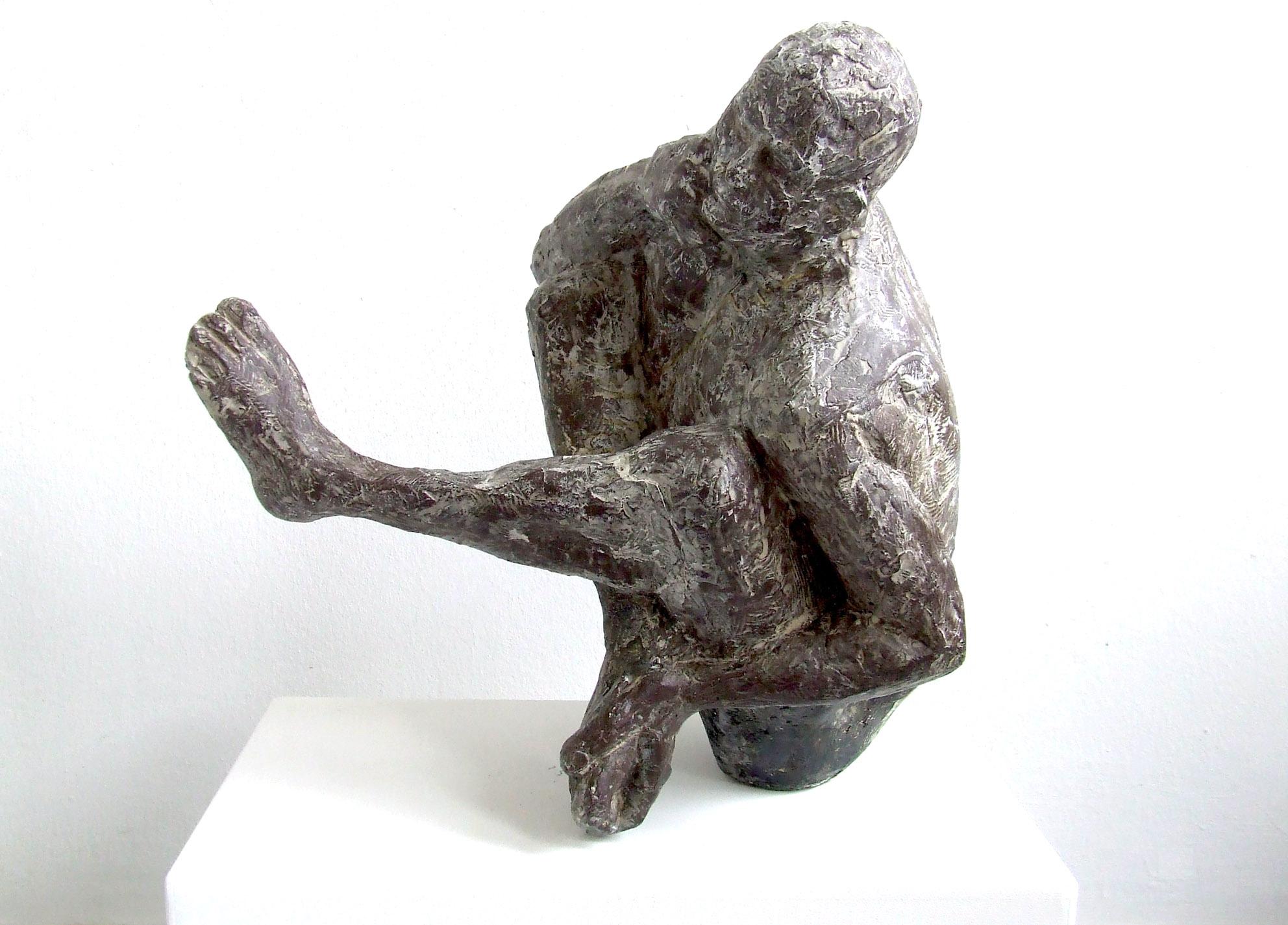 """Ute Safrin, """"Tänzer"""", 2018, Terrakotta, 47 x 47 x 33 cm"""