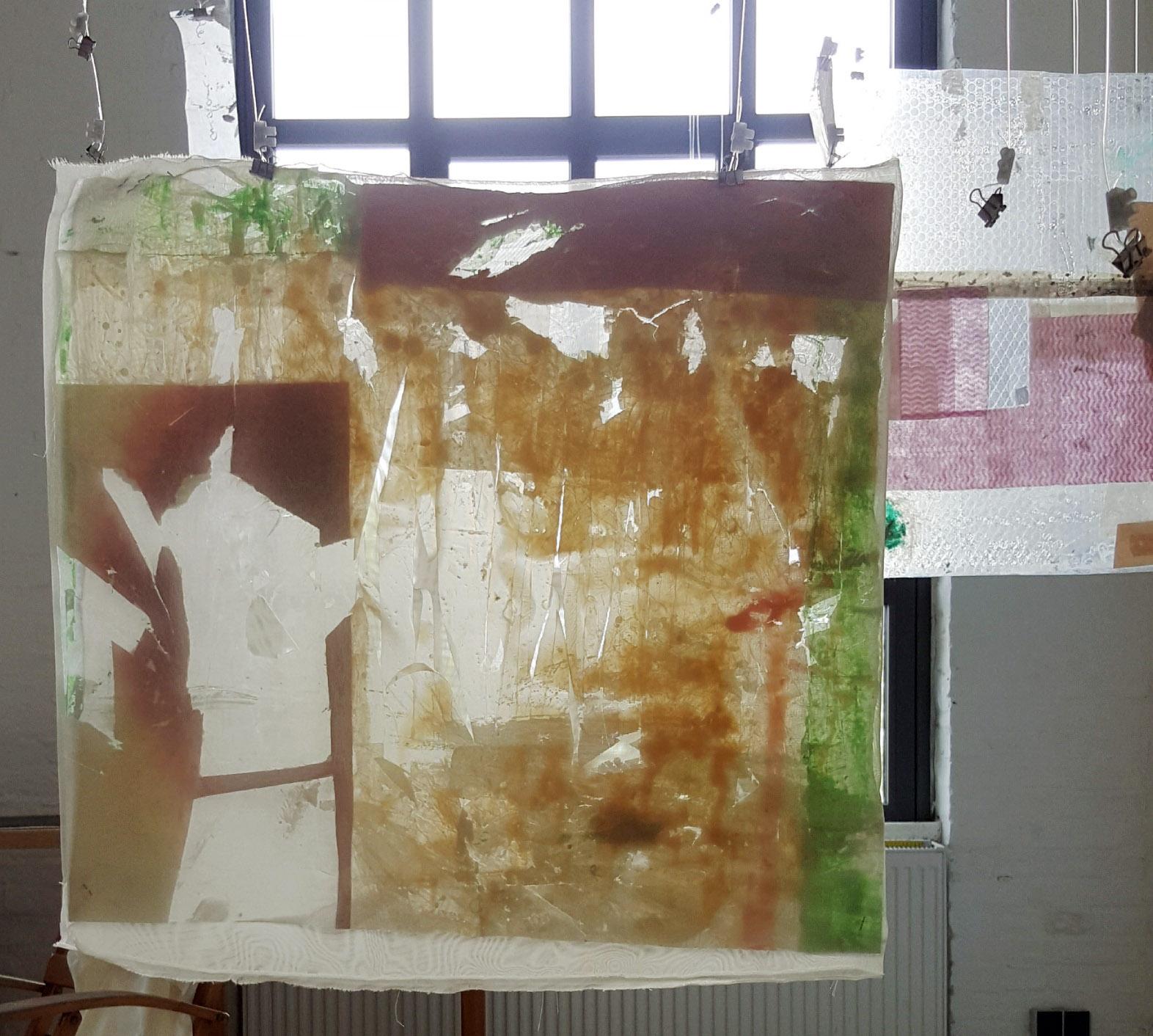 """Linda Scheckel, """"Raumkreuz"""" (Arbeitstitel), 2021, Mischtechnik + Fundstücke, 20 Teile a ca. 42 × 40 cm"""