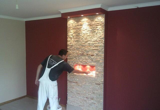 Wohnzimmer spachteln, malen und dekorative Steine verarbeiten