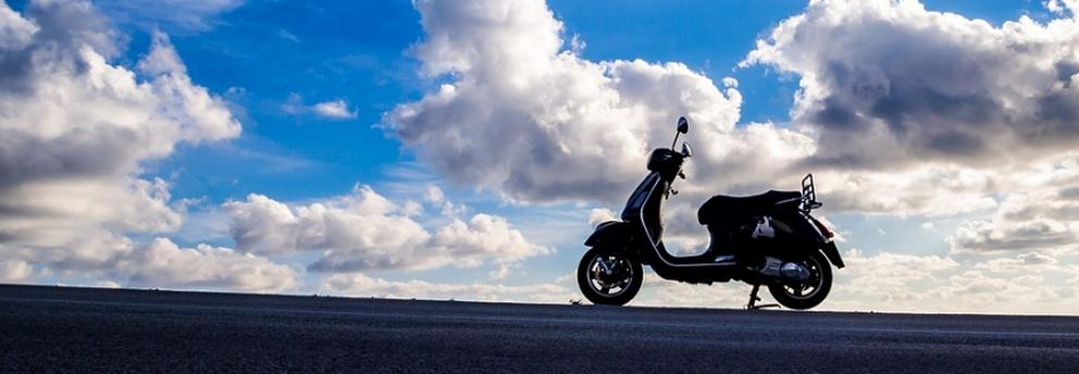 scooter sur ciel bleu pour dynamob association de mobilité à loudun 86