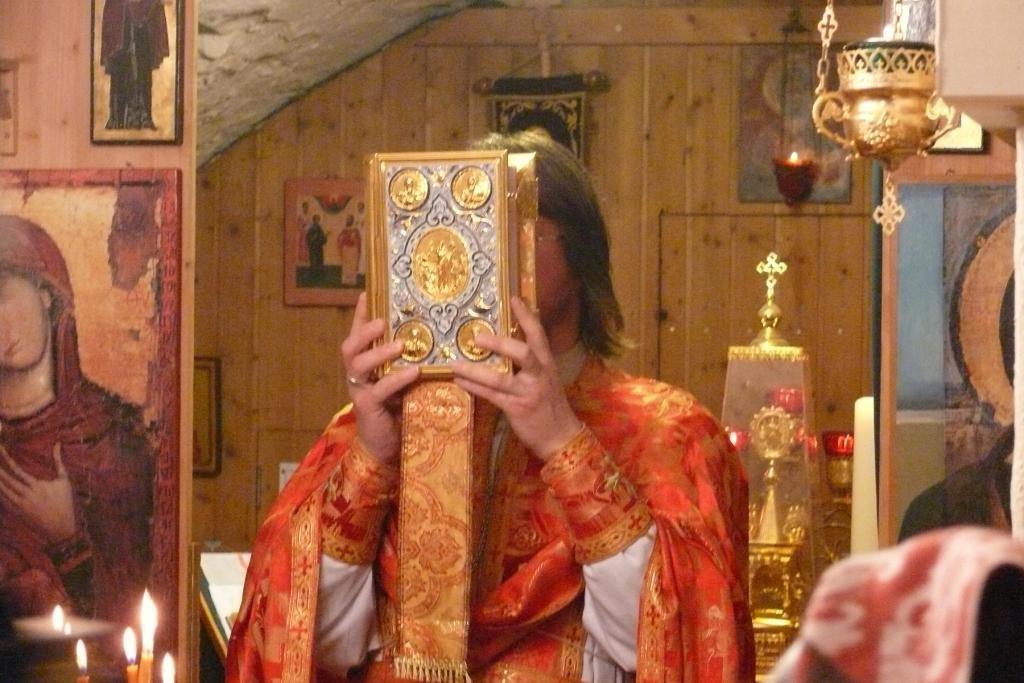 Vater Vladimir segnet die Gemeinde.
