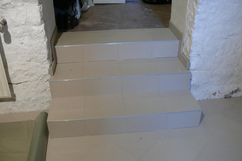 Die Treppen wurden umgebaut und mit Fliesen bedeckt.