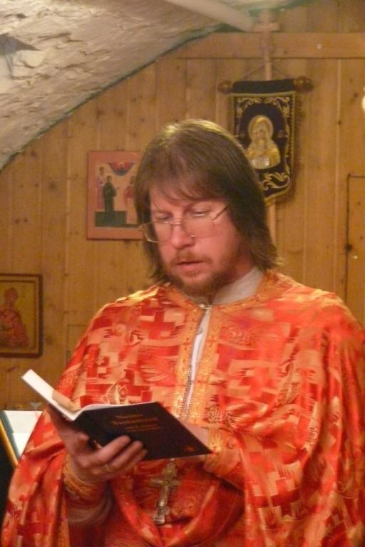 Der Priester Vater Vladimir zelebriert die göttliche Liturgie.