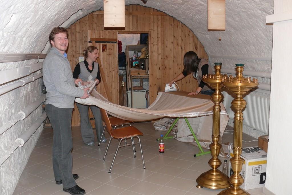 30 Meter Vorhang bügeln und zusammenrollen machen die drei fleißige Studenten mit Links.