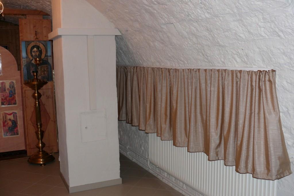 Kurze Vorhänge lassen die Wärme der Heizung in den Raum.