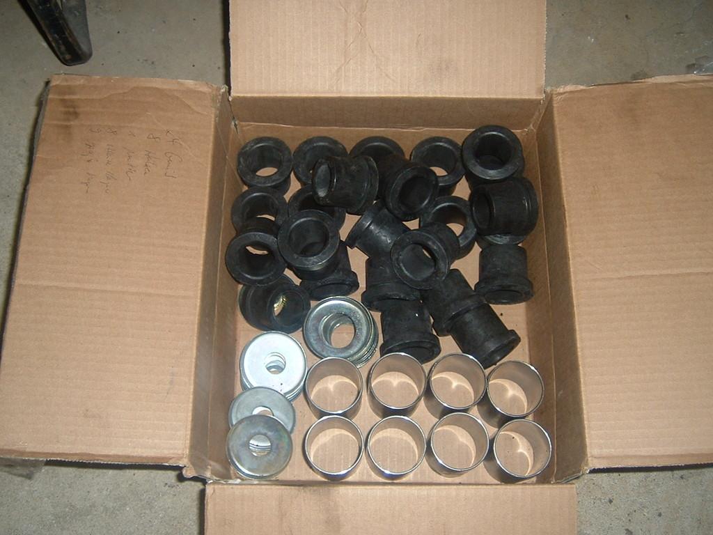 Die neuen Gummis, Hülsen und Lagerschalen für alle Blattfederaufnahmen vorne und hinten. Die alten Hülsen in den Augen bekommt man am allerbesten mit ner Eisensäge raus.