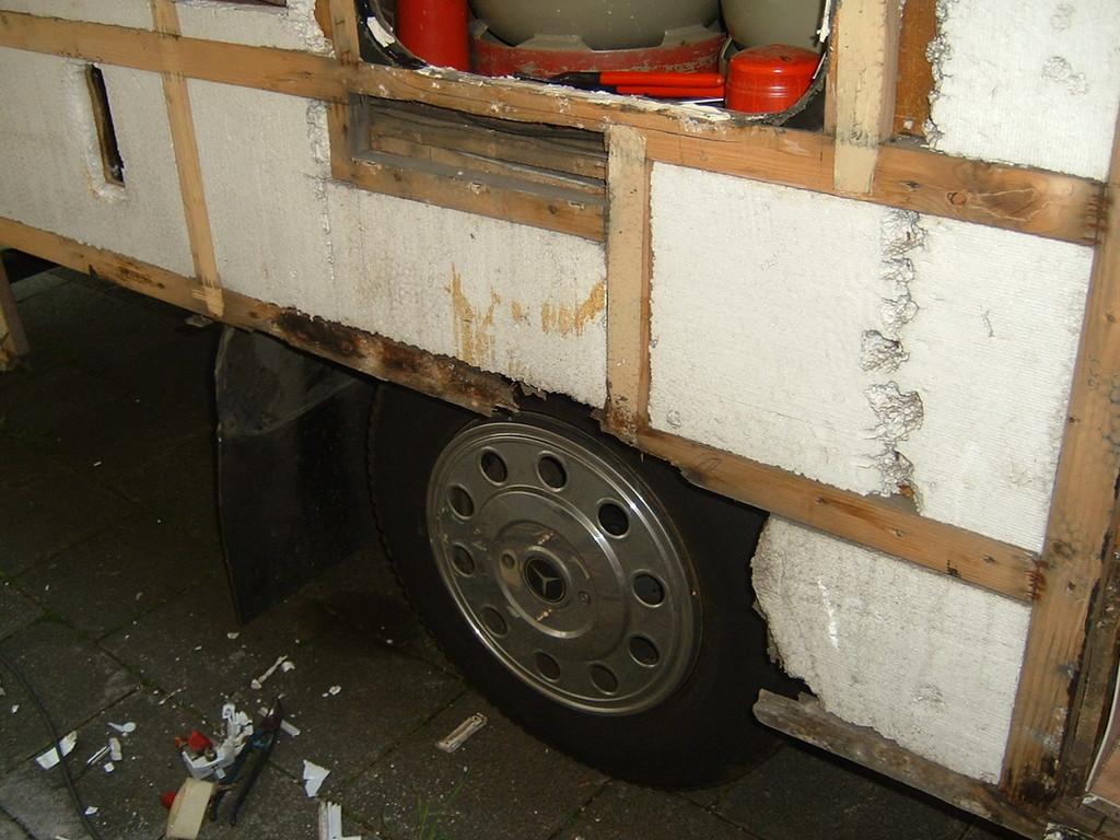 Definitiv kein Wassereinbrauch von irgendwelchen Luken oder Fenstern sondern eindeutig Spritzwasser der Räder. Das Problem war auch die Abschlußleiste um den Radlauf herum in die das Wasser munter eindringen konnte.