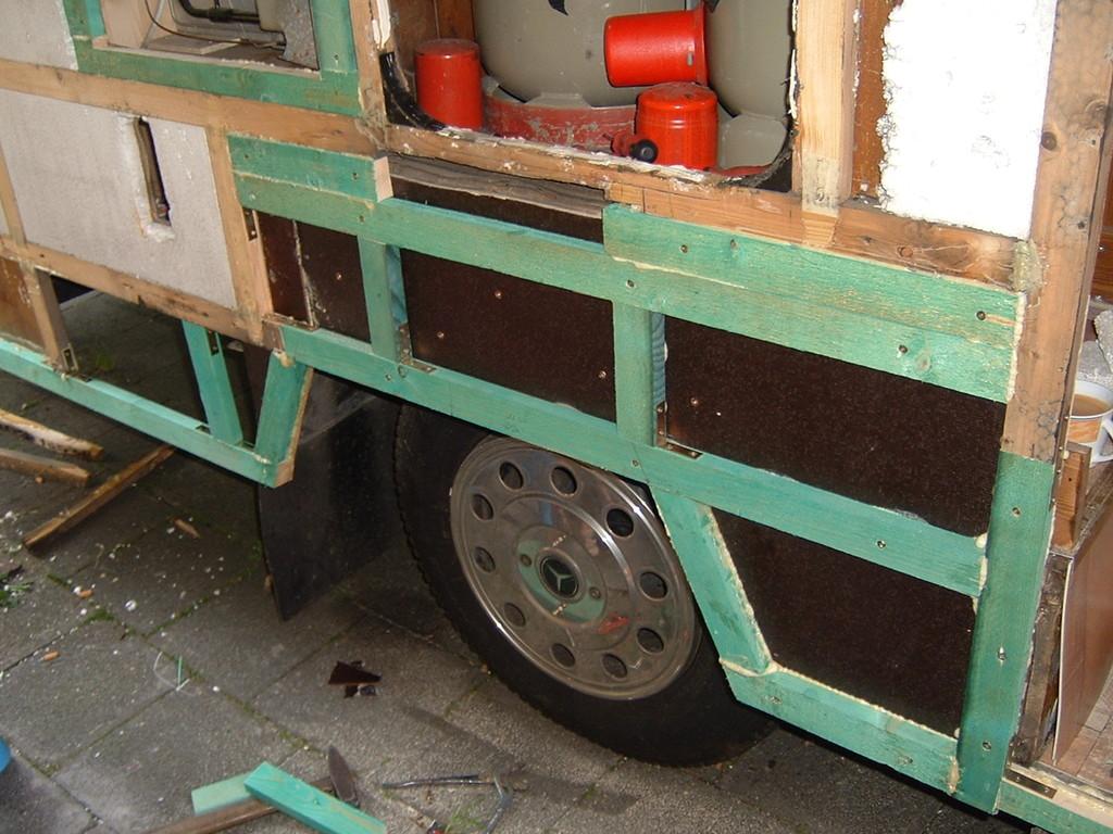 Mit dem Caravankleber, Winkel und Schrauben alles zusammentüdeln und den Radlauf ausmessen und ausschneiden.
