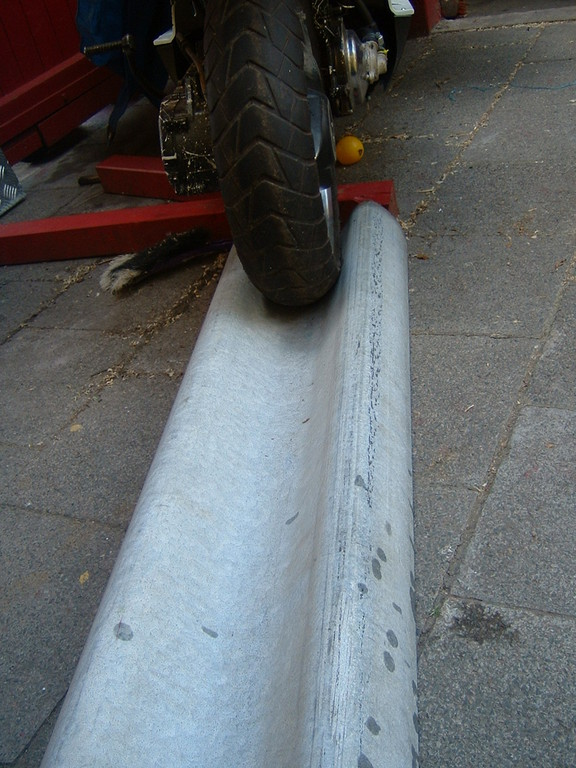 Man nehme eine 190cm lange Leitplanke :-)