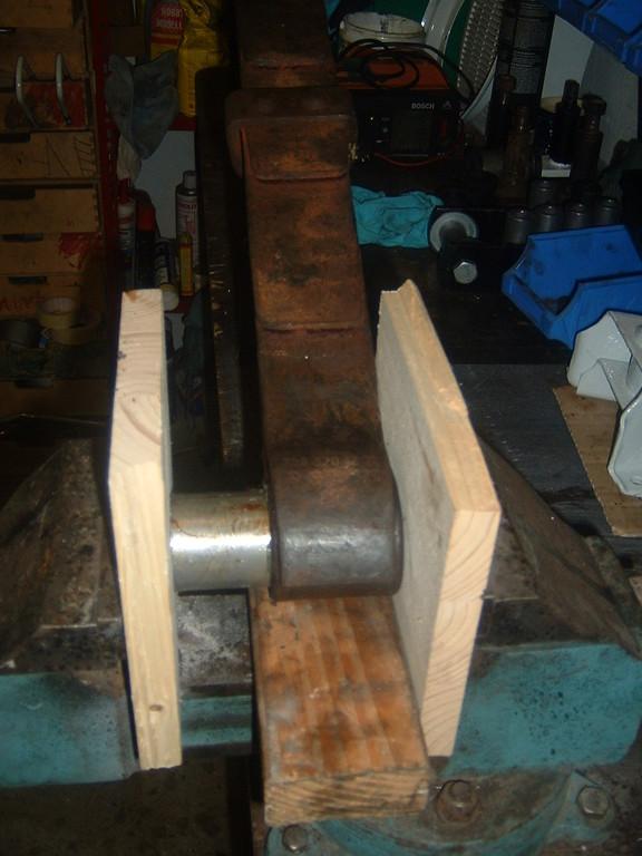 Das Reinhämmern der Hülsen mit dem Hammer spare ich mir. Ganz easy und weniger Qualvoll für das Material geht das mim Schraubstock.