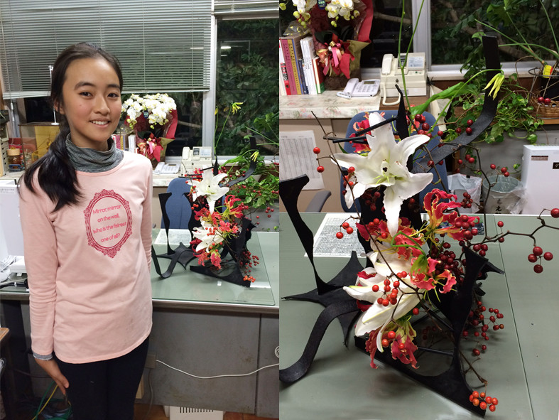 梅田小80周年記念式典。来賓待合室の校長室に生ける。