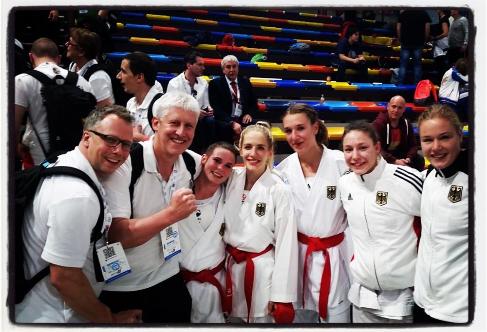 Kumite Team der Damen direkt nach dem Gewinn der Bronzemedallie