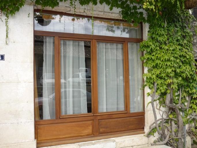 Fenêtre bois exotique avec soubassement