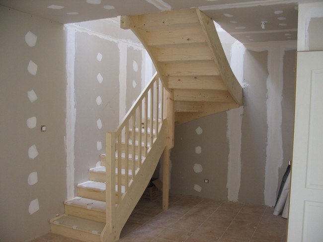Escalier demi-tour en sapin avec contremarches