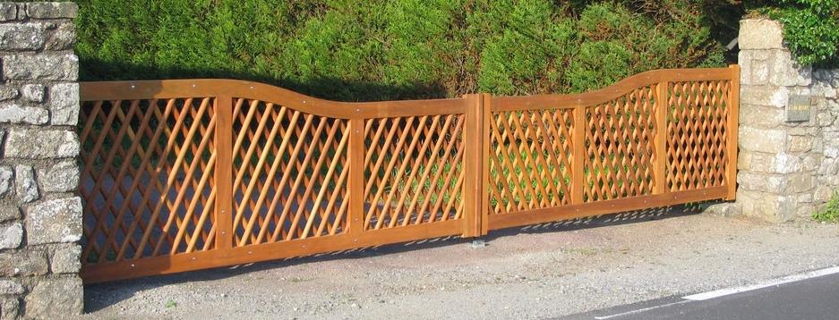 Portail en bois imaginé et fabriqué par la menuiserie Lethu à Lezay 79120