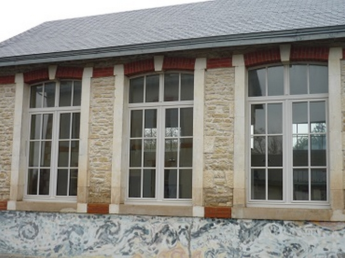 Fenêtre à 2 vantaux en bois avec imposte cintrée