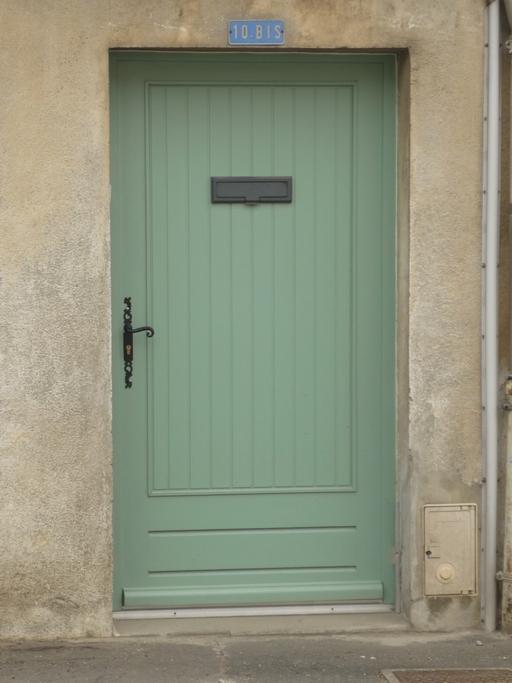 Porte d'entrée bois pleine avec soubassement