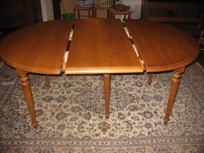 Table ronde en chêne 1 rallonge en place sur 5