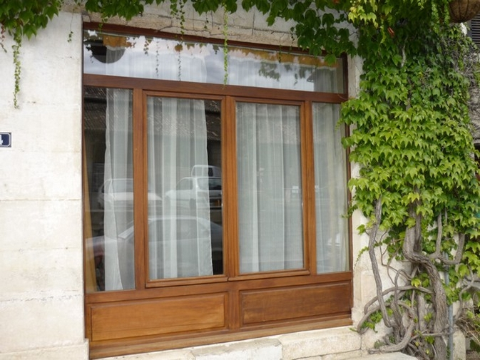 Fenêtre en bois exotique avec soubassement