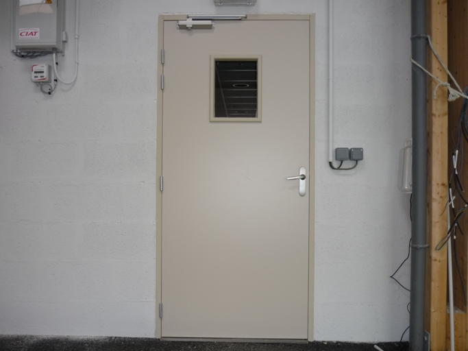 Porte coupe feu (hublot et ferme porte)