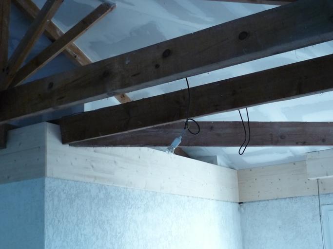 Plafond rampant avec charpente apparente
