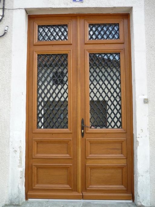 Porte d'entrée bois avec grille et vitre
