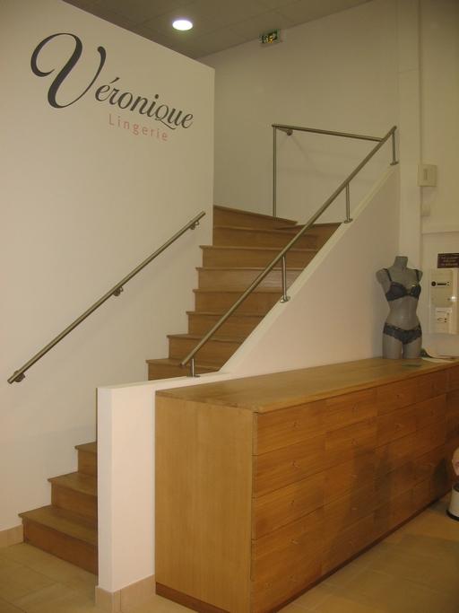 Magasin de lingerie et escalier en chêne
