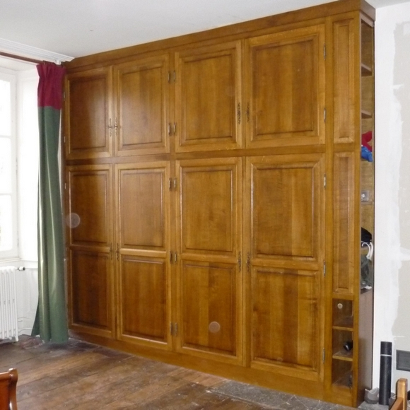 Armoire 4 vantaux avec étagères sur le côté